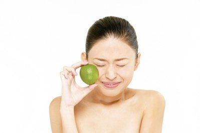 不少愛美女性喜歡喝檸檬水,但狂飲恐傷胃。 圖/取自東方影像