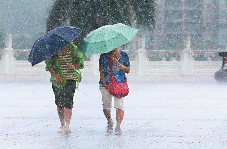 暴雨轟炸,各地即時路況均傳出淹水,最惱人的就是被浸溼的鞋子了。 報系資料照 記...
