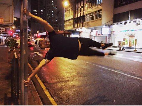 颱風來了讓待在香港工作的阿緯無法回台灣,原來香港這幾天碰上「蓮花」颱風,阿緯無法回台灣,就在香港街頭自娛娛人,他在臉書上PO出一張照片,只見他抓著路邊的一根桿子,靠驚人的臂力把自己撐起來,讓身體與桿...
