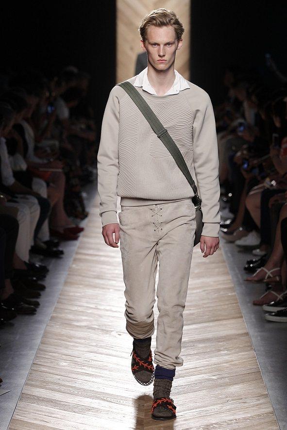 BV男裝出現「一字領」領襯衫, 感覺更加青春有活力。圖/Bottega Vene...