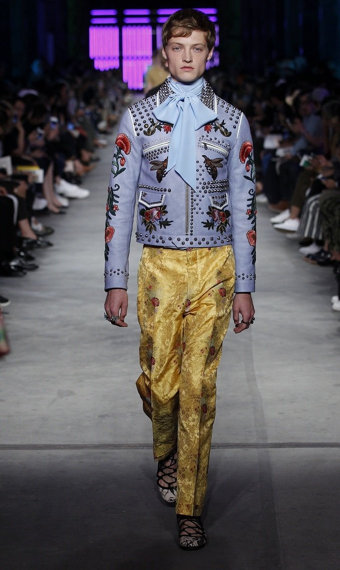 Gucci明年春夏男裝襯衫的花俏領子,預告明年景氣榮景。圖/Gucci提供