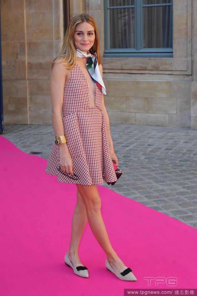 日前的 Schiaparelli 高級訂製服秀上,奧莉薇亞巴勒莫穿上 Dior ...