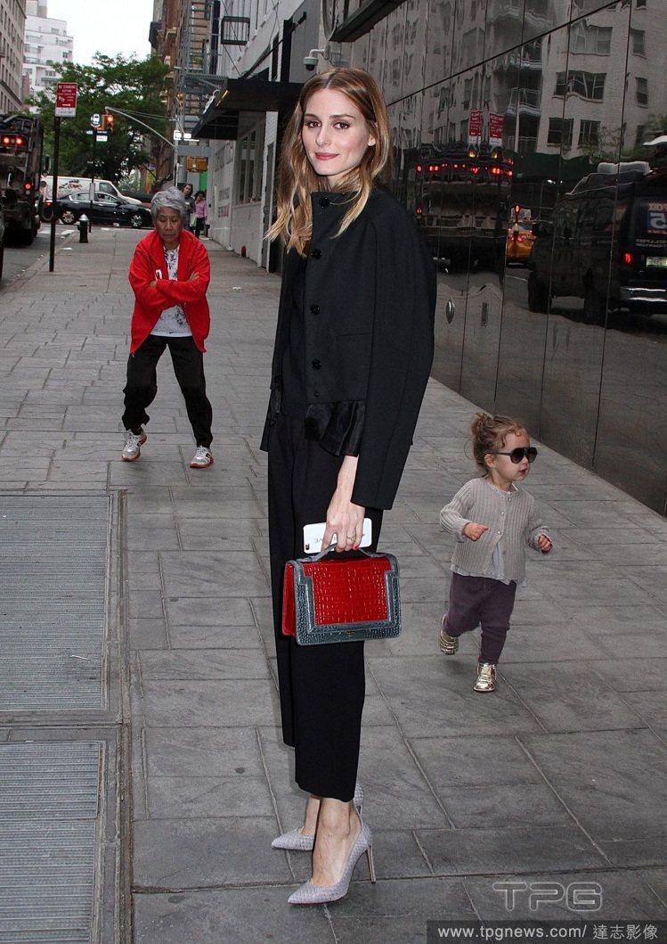 就算是穿得一身黑,她也利用蛇紋包、紅色鱷魚壓紋包點亮穿搭。圖/達志影像