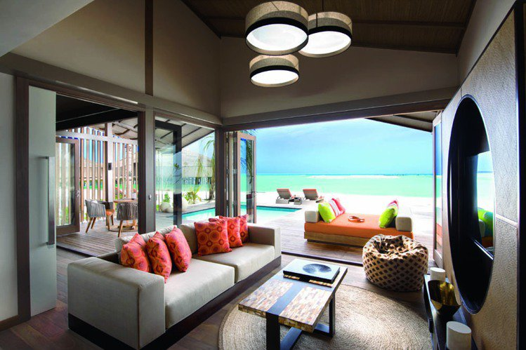 住在水上別墅裡,從客廳就能望見大片海洋。圖/珠寶之星
