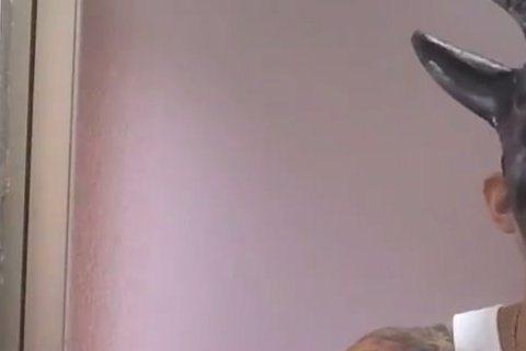 颱風天的一早謝和弦就在臉書公開一段自彈自唱的影片,不過這歌詞怎麼聽起來怪怪的,連「龜頭」這個字眼都出現了!謝和弦在影片戴著面具疑似坐在浴室內自彈自唱,歌詞中有一句「吃我的龜頭」,讓網友笑稱一大早就請...