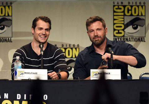 好萊塢男星班艾佛列克與亨利卡維爾為宣傳新片「蝙蝠俠對超人:正義曙光」於聖地牙哥動漫展亮相,與珍妮佛嘉納日前訴請離婚,但兩人手上至今仍戴著婚戒。