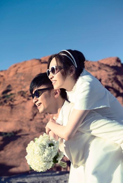 香港歌手古巨基12日在微博貼出與太太的婚紗照,開心宣告結婚滿1周年,他借用「冰晨戀」認愛的「我們體」,簡潔俐落發表「我們。一周年」,沒有肉麻情話卻充滿平淡的幸福。古巨基更承諾,將在今年內補辦婚禮。