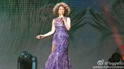 暌違2年,低音歌后蔡琴日前重返新加坡開唱,勇敢唱出與楊德昌婚變後的作品,也唱了鄧麗君、鳳飛飛與梅豔芳等人的經典歌曲向歌后們致敬。再憶離婚,蔡琴淚談過往,卻也勇敢唱完「點亮霓虹燈」,證明自己成長了
