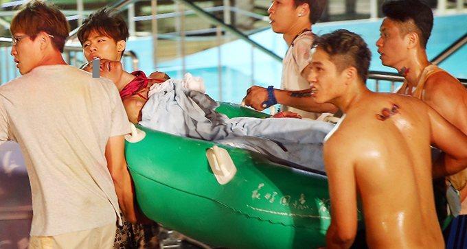 八仙塵爆造成近五百人傷亡,第一時間在八仙樂園的災難現場,許多民眾發揮台灣人的愛心...