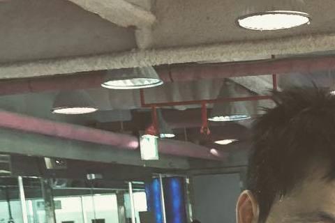 以電影《我腦海中的橡皮擦》深情男形象被台灣觀眾所熟知的韓國男星鄭雨盛,最近在IG公開了一張他在健身房拿著手機的自拍照,汗濕背心的模樣真是充滿男人味。其實鄭雨盛曾在節目受訪時說過,自拍時要自己掌握角度...