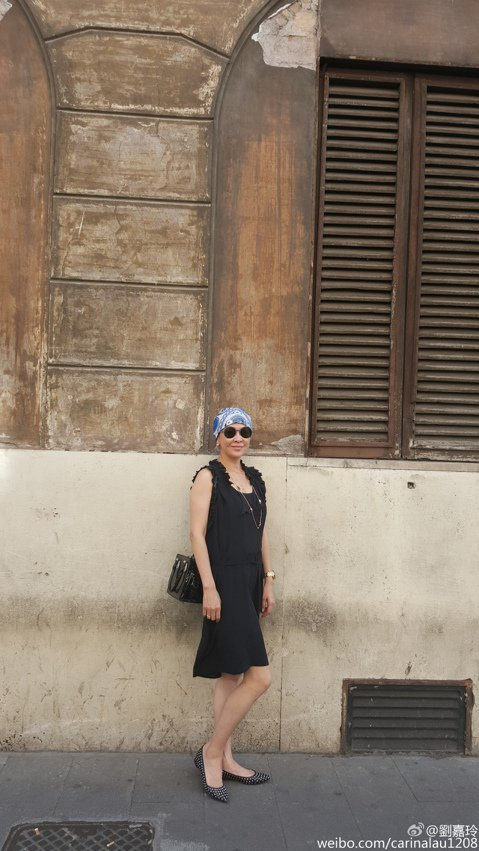 劉嘉玲最近到羅馬看秀,趁機遊覽一番,她昨天分享了街頭獨照,向來打扮頗具時尚感的她,竟被網友笑稱造型宛如大媽,主要就在於她的彩色頭巾看起來像是泳帽一樣,與她一身黑裙,戴著墨鏡的打扮實在不太搭,時尚度瞬...