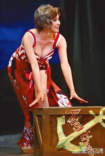 日本性感女神代表之一的藤原紀香演出舞台劇《南太平洋之戀》,最近在東京進近綵排,她在劇中展現好身材,甚至還有穿著紅色泳裝大秀事業線的畫面,44歲依舊火辣的讓人噴鼻血啊~