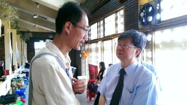 教育部長吳思華(右)5月時到嘉義豐山國小張雅茹靈前上香,並向她的先生鄭萬平(左)...