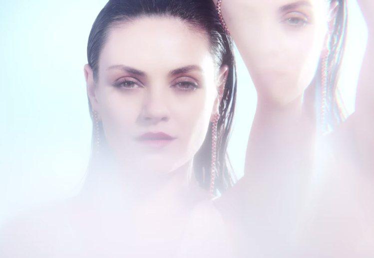 蜜拉庫妮絲在 Gemfields 紅寶石廣告中,彷彿化身妖豔迷人的寶石精靈。圖/...