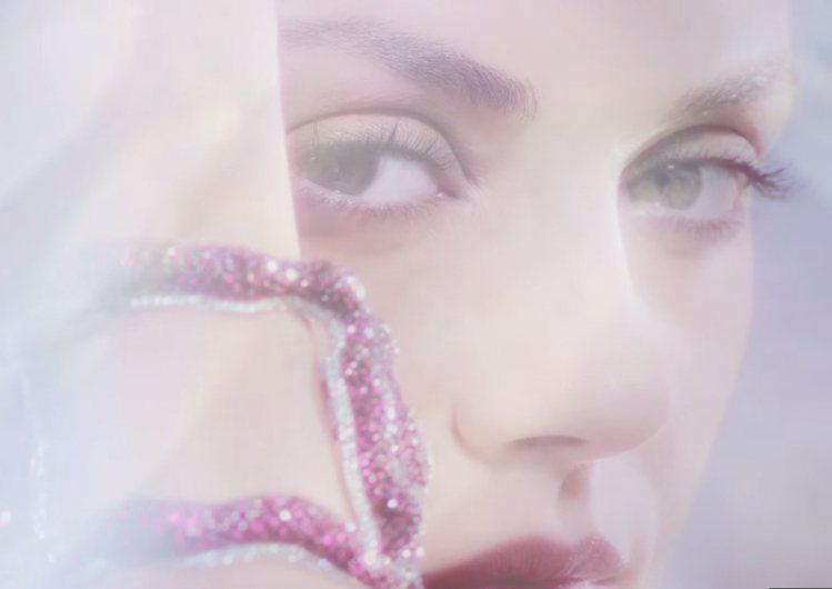 蜜拉庫妮絲(Mila Kunis)在 Gemfields 紅寶石廣告中,美艷動人...