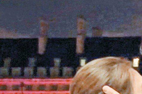 台視、TVBS「哇!陳怡君」上周前往英國倫敦取景拍攝,出發前導演瞿友寧僅告知姚元浩及陳怡蓉會拍攝倫敦街景,沒想到美景當前,導演瞿友寧突然浪漫了起來,竟要兩人在路邊接吻,讓陳怡蓉、姚元浩對望傻眼,姚元...