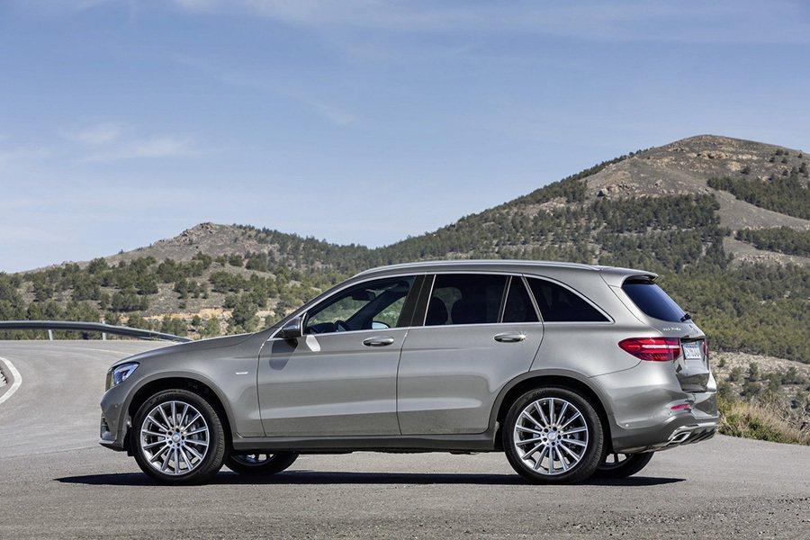 拜鋁合金與高強度鋼材車體的功勞,GLC的重量最多可比 GLK輕上80公斤。 賓士...