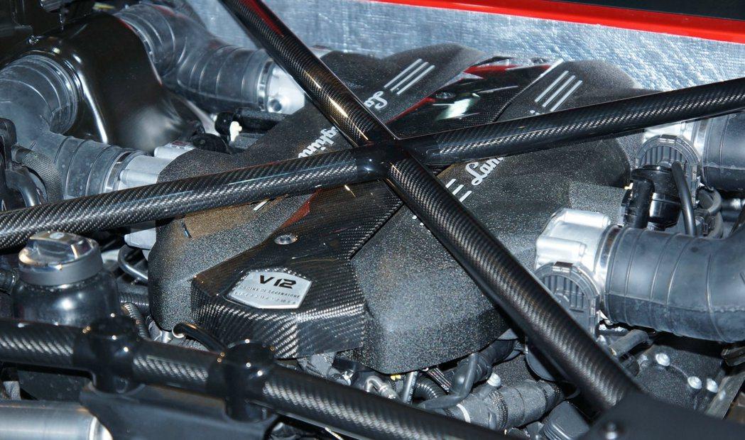 搭載6.5升V12自然進氣引擎,經電腦重新調校後,可輸出750hp最大馬力。 記...
