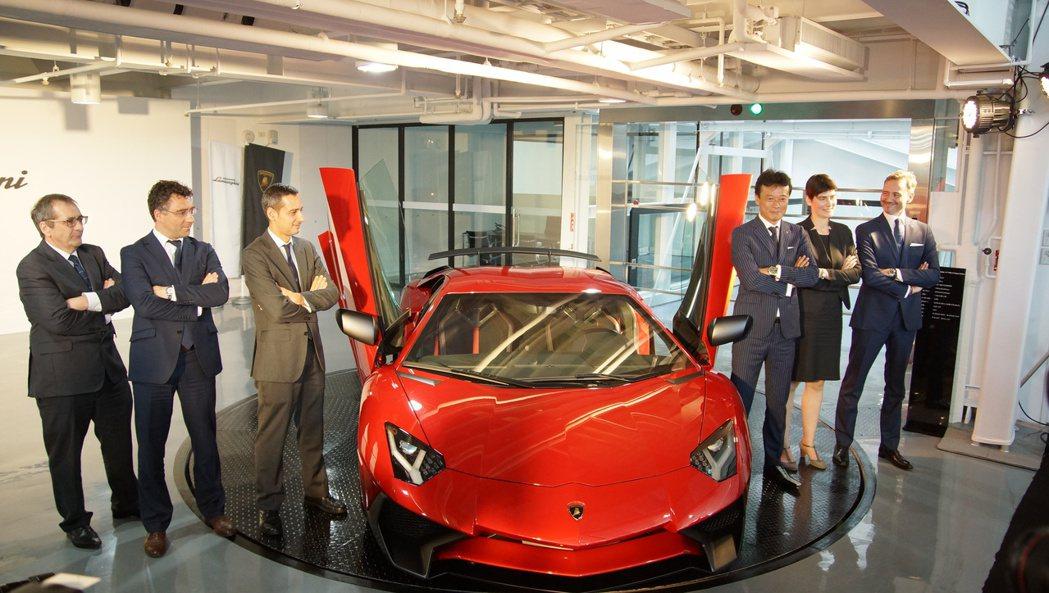 當天Lamborghini也同步發表旗艦限量車款Lamborghini Aven...