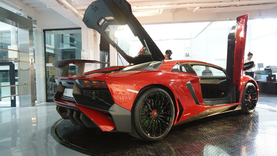車身SV銘牌以及車尾大型尾翼,是Superveloce的專屬樣貌。 記者林翊民/...