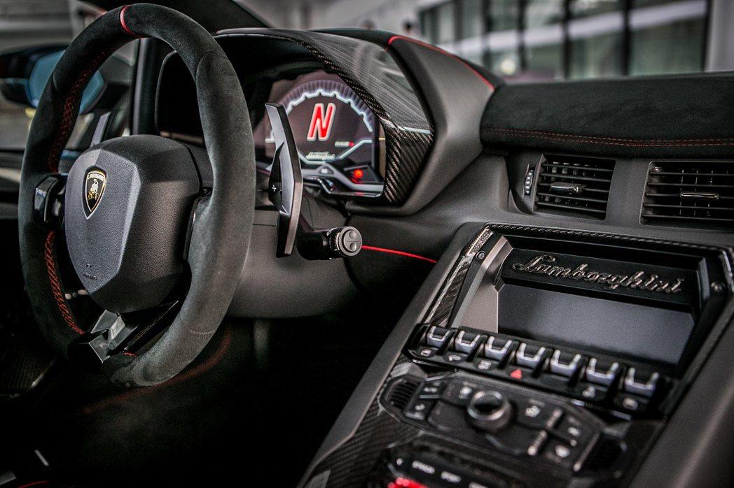 纖維全單體車艙設計,搭配內裝大量採用碳纖維材質,成功減重50公斤。