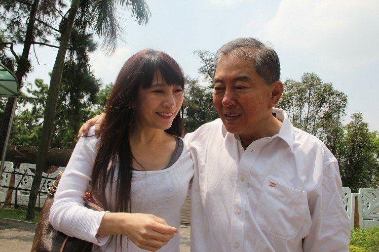 補教名師高國華(右)和妻子陳子璇(左)。 報系資料照