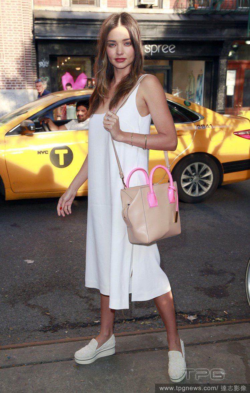米蘭達柯爾穿了件白色細肩帶洋裝亮相。簡單寬鬆的剪裁,搭配厚底樂福鞋更顯率性,裸色...