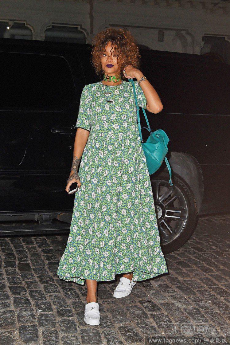 穿衣風格不設限的蕾哈娜,近日穿了 Marni 的草綠色小碎花洋裝搭白布鞋,看來俗...