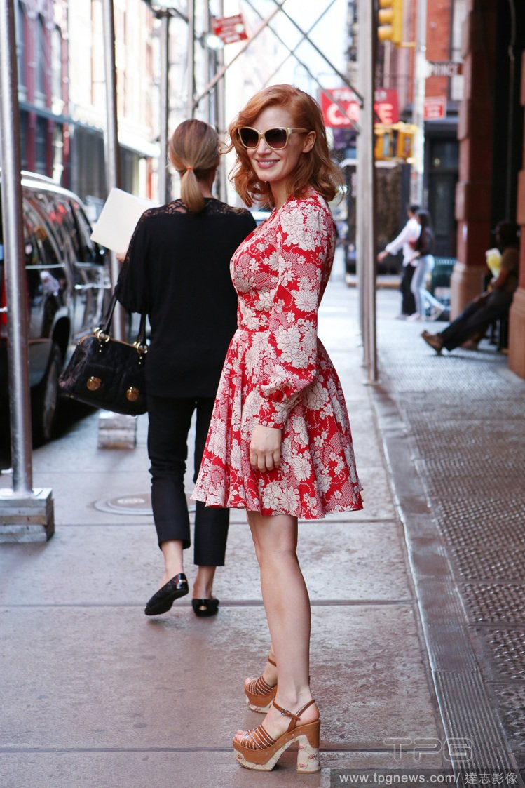 潔西卡崔斯坦身上的 Saint Laurent 紅底白印花洋裝很有壁紙的 sty...
