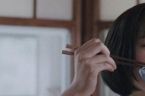 年僅17歲的廣瀨鈴,有「日本最可愛女高中生」的稱號,青春無敵的可愛模樣,連「海街日記」中同台的三位明星姊姊都被收服,綾瀨遙說:「鈴吃飯的表情非常可愛療癒,讓我印象深刻。」長澤雅美說:「我們都來自愛踢...
