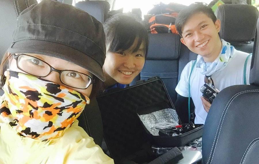 青年記者隨行單車環島,有時也要化身醫護小幫手。右起為蔣曜宇、李欣恬和翁嬿婷。攝影...