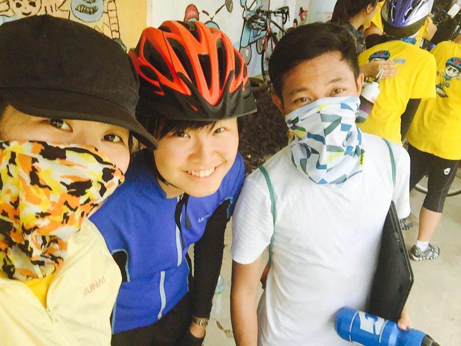 青年記者隨行單車環島,騎車途中不忘隨時記錄,時為一大挑戰。右起為蔣曜宇、李欣恬和...