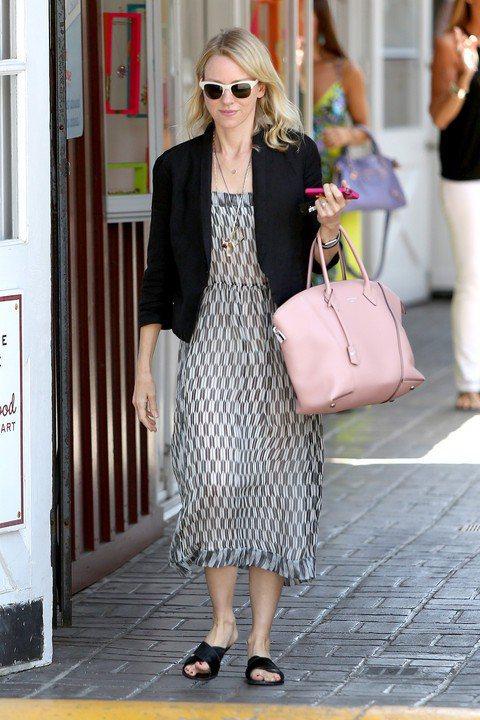 在拍戲之餘,Naomi Watts提著心愛的Louis Vuitton粉嫩LOC...