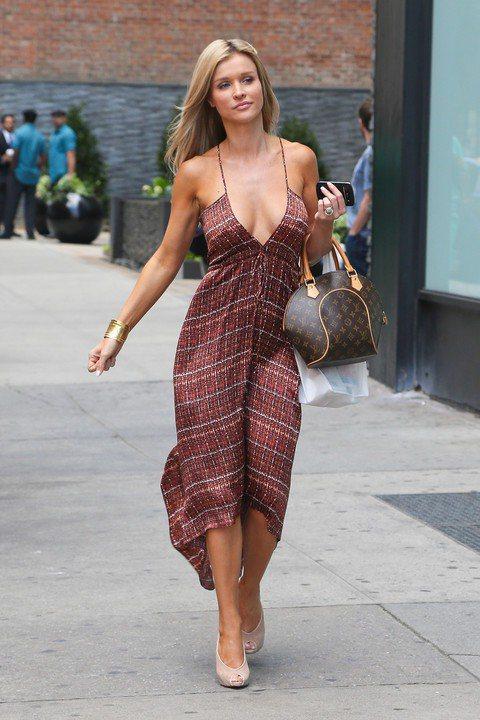 波蘭模特兒Joanna Krupa換上飄逸的長洋裝迎接夏天,她以Louis Vu...