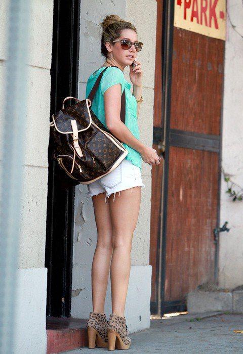迪士尼影集女星Ashley Tisdale在路邊低著頭講電話,背上的Louis ...