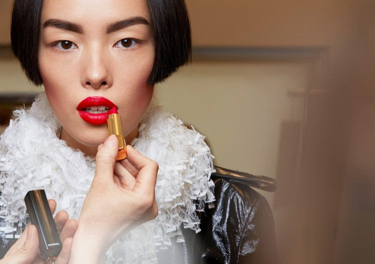 香奈兒超炫耀的絲絨唇膏#51意亂情迷賦予模特兒時尚紅唇的風采,售價1,150元。...