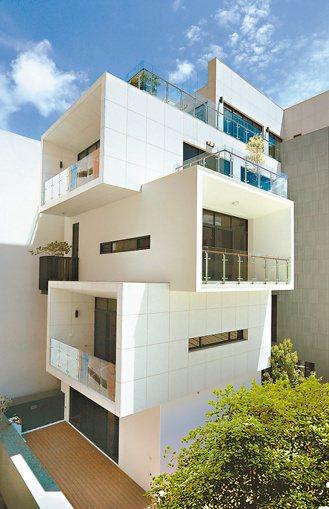 「觀砥」外觀採簡約、俐落的方矩層疊塊體設計,精雕大理崗石與格柵飾材,打造時尚藝術...