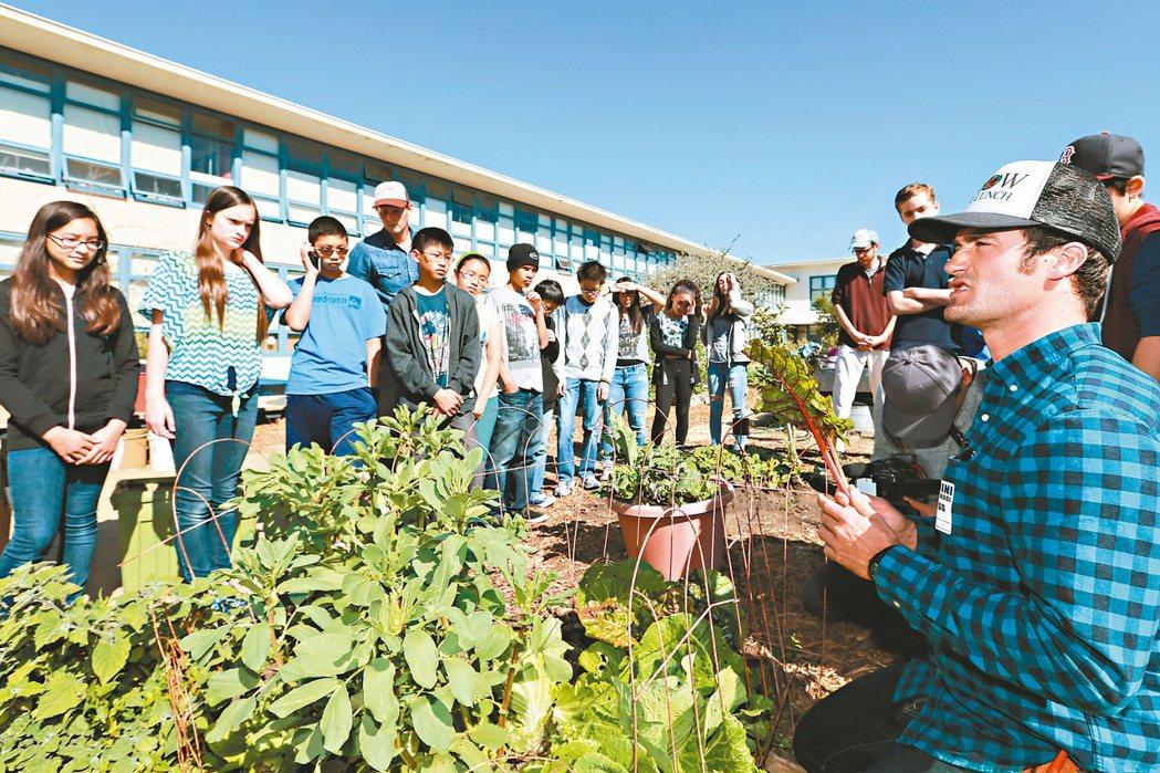 舊金山教師班傑明艾康(右)推廣「自己的午餐自己種」,協助大家自耕自食。 記者林伯...