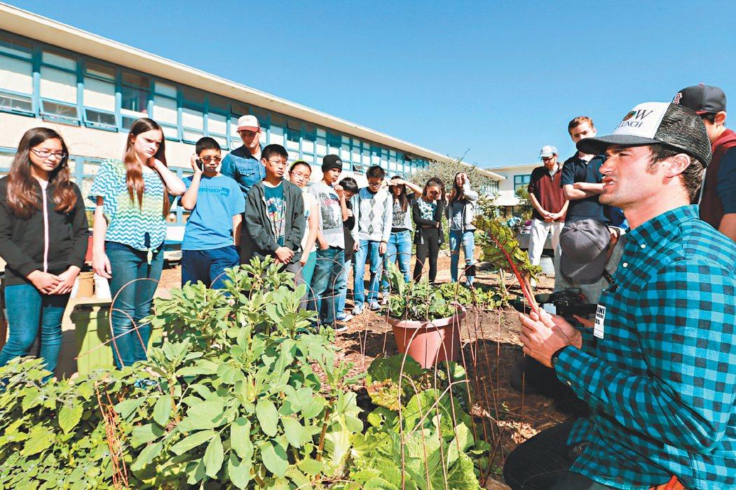 舊金山熱血教師班傑明艾康(右)推廣「自己的午餐自己種」,教導如何把田園當教室,協...