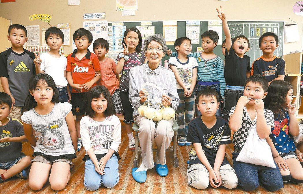 平野太太(中)供應蔬果給櫻野小學校廿八年,每當她聽到午餐感謝歌「謝謝生產者,青菜...