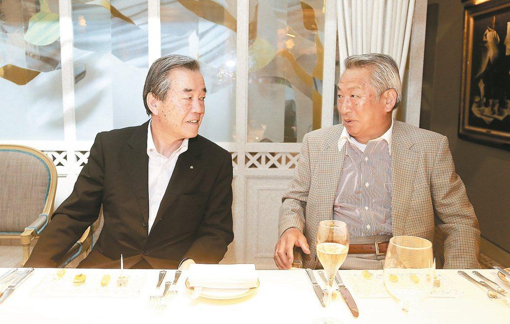 農園主人久保田稔(右)與日航福岡飯店總料理長中橋義幸(左)相識廿六年。 記者黃威...