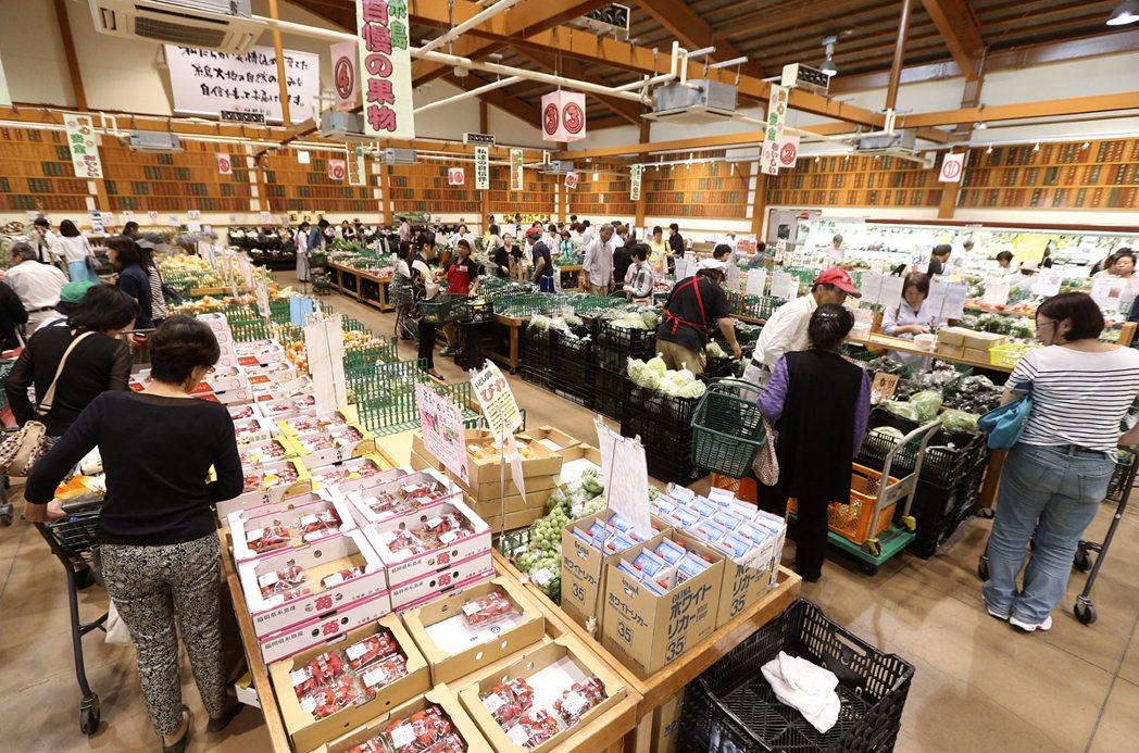 伊都菜彩農民市場占地600坪,年營業額35億日幣。 記者 黃威彬/攝影