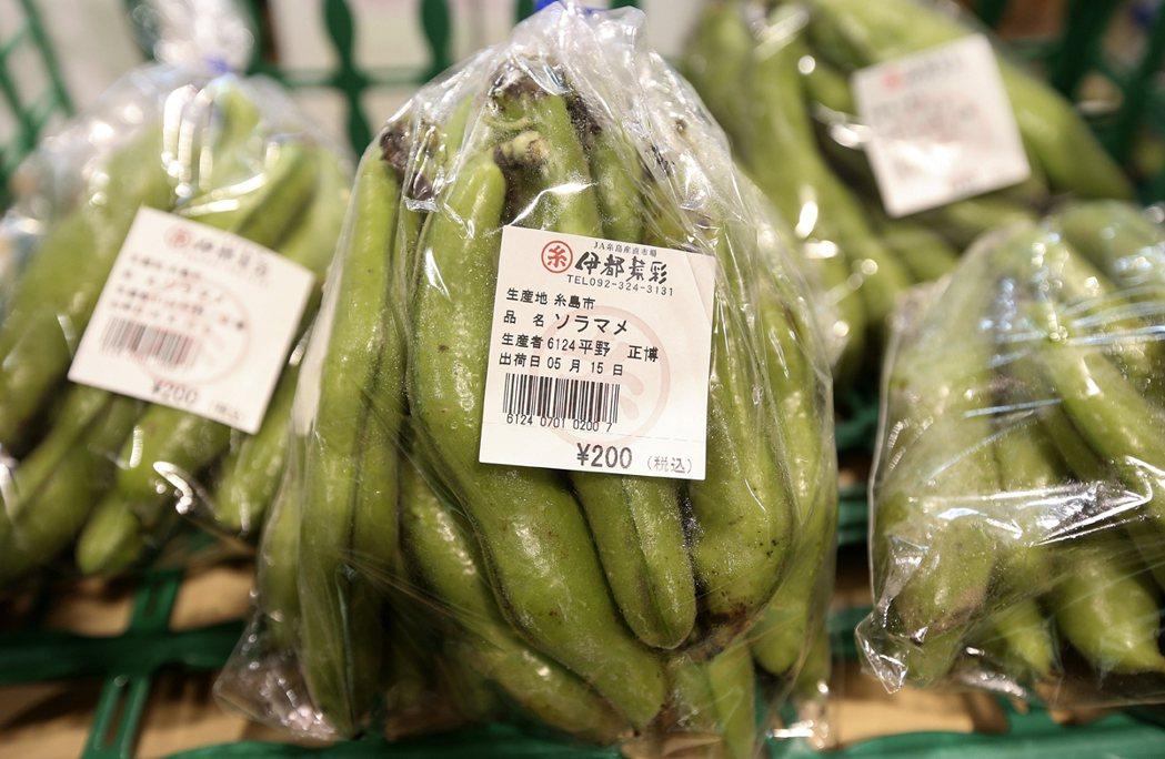 伊都菜彩農民市場與1200農民合作,每樣菜都寫上農民的名字。 記者 黃威彬/攝影
