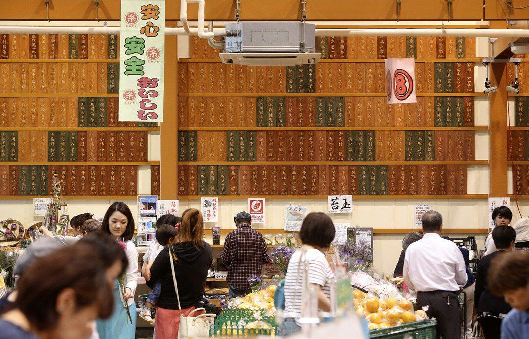 伊都菜彩農民市場與1200農民合作,名字寫在整面牆上。 記者 黃威彬/攝影