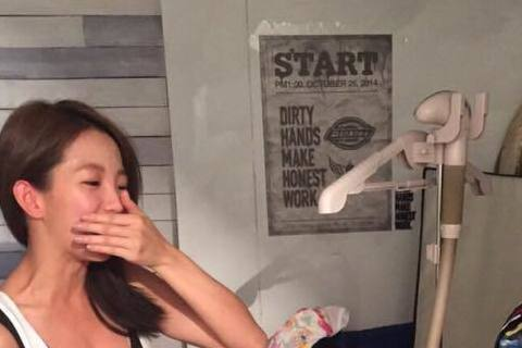 18日是藝人郭書瑤的25歲生日,她今天在臉書上發文寫「我被求婚了!!哈哈哈~」但附上的照片卻不是交往穩定的男友金陽,而是謝欣穎捧著蛋糕的照片,原來是在感謝好友謝欣穎為他準備的貼心慶生,讓她又驚又喜,...