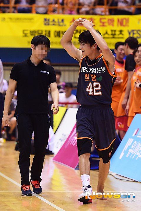 南韓團體SHINee的成員珉豪是運動好手,涉獵多種運動,18日晚間還和師兄SJ的利特、強仁出席在京畿道議政府體育館舉辦的籃球比賽,但比賽中不慎傷到左腳踝,突然坐地不起,讓現場的人員和觀眾們都嚇了很大...