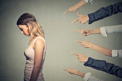 貶低他人的邏輯盲:怪責受害者的文化