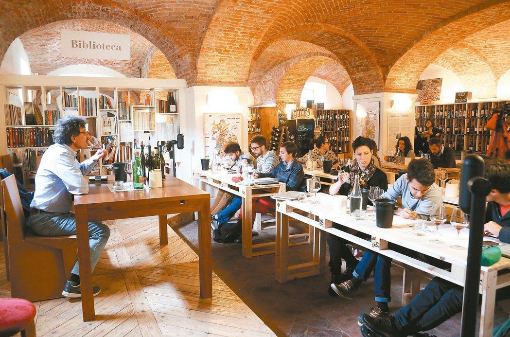 「美食科技大學」學生正在上品酒課。 記者林俊良/義大利攝影