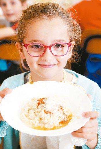 午餐中的伊得亞多小學學童。他們對下肚的食物有超乎想像的了解。 記者林俊良/義大利...