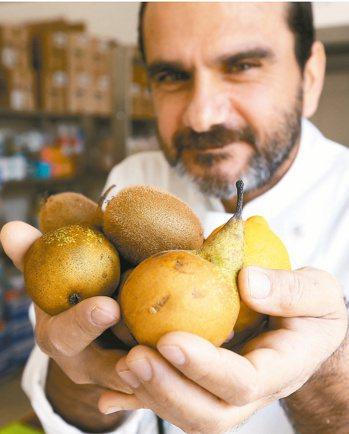 餐廚行政總監安東尼奧表示,附近農家水果賣相差,但好吃又營養。 記者林俊良/義大利...